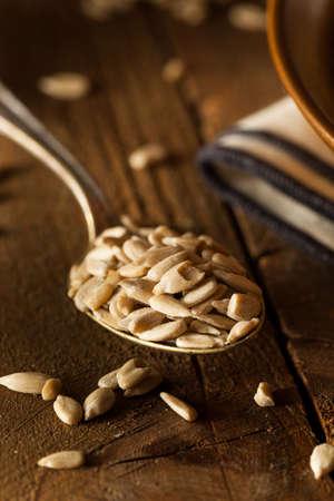 semillas de girasol: Organic Raw cascado semillas de girasol en un tazón de fuente Foto de archivo