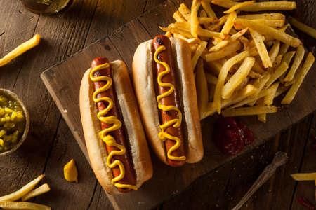 is hot: Barbacoa parrilla perros calientes con mostaza amarilla