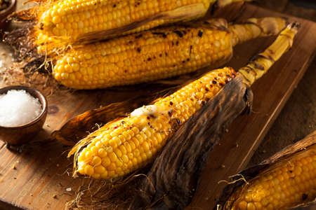 mazorca de maiz: Ma�z a la parrilla en la mazorca con sal y mantequilla