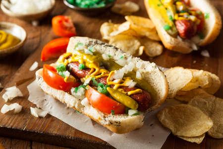 perro caliente: Hecho en casa del estilo de Chicago perro caliente con mostaza condimento Tomate y Cebolla
