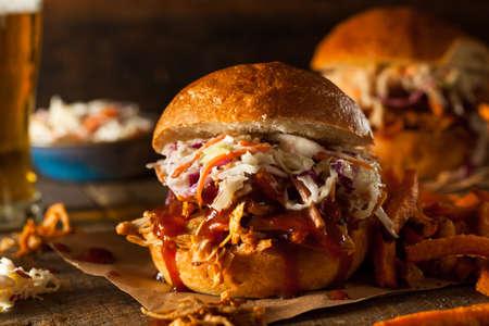 chicken sandwich: Hecho en casa sándwich de pollo tirado con ensalada de col y patatas Foto de archivo