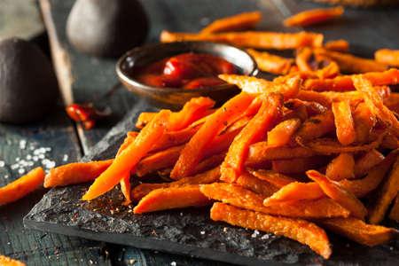 塩とコショウで自家製のオレンジ色のサツマイモのフライド ポテト 写真素材