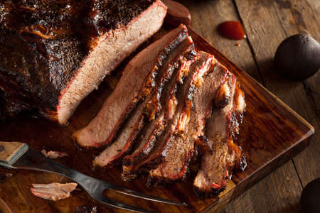 Homemade Smoked Barbecue Beef Brisket with Sauce Standard-Bild
