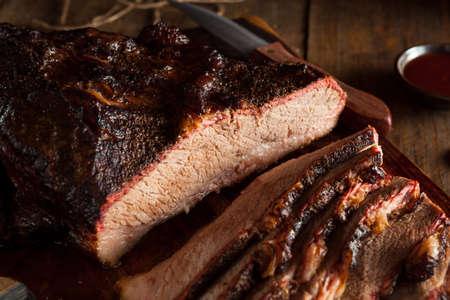 ソースと自家製スモーク バーベキュー牛肉のブリスケット 写真素材