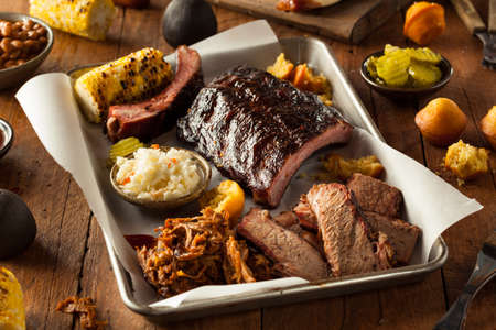 Barbecue gerookte borst en ribben Schotel met trok varkensvlees en Sides Stockfoto