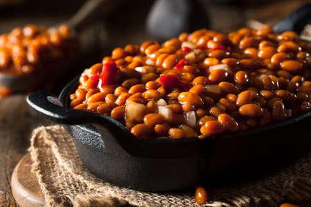 frijoles rojos: Homemade Baked Beans Barbacoa en una sartén Negro