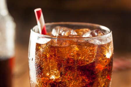 gaseosas: Refrescante Bubbly Soda Pop con cubos de hielo Foto de archivo