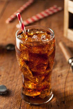 carbonation: Refrescante Bubbly Soda Pop con cubos de hielo Foto de archivo