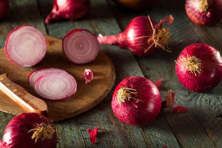 Raw Organic rode uien op een achtergrond