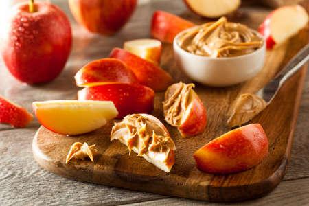 cacahuate: Las manzanas orgánicas y la mantequilla de cacahuete para picar Foto de archivo