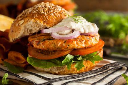 mayonesa: Hecho en casa hamburguesa de salmón orgánico con salsa tártara Foto de archivo