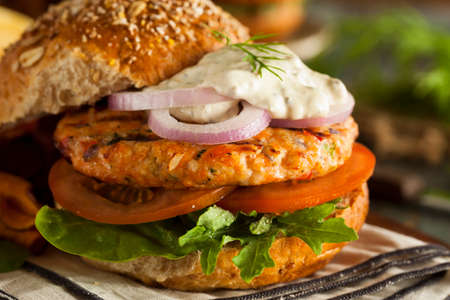 hamburguesa: Hecho en casa hamburguesa de salm�n org�nico con salsa t�rtara Foto de archivo