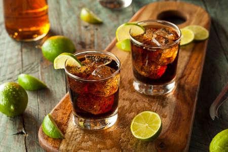 bebidas frias: Ron y Cola Cuba Libre con limón y hielo Foto de archivo