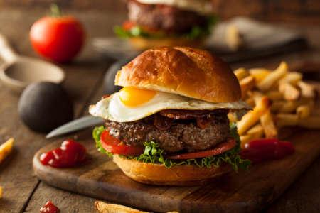 Homemmade Speck Hamburger mit Ei-Salat und Tomaten Standard-Bild