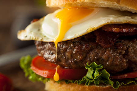 Homemmade Bacon Hamburger met Ei sla en tomaat Stockfoto - 42933217