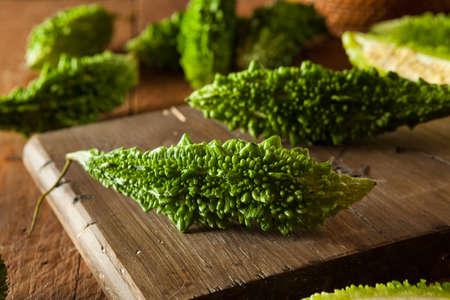 Raw Grün Organic Bitter Melon auf Schneidebrett
