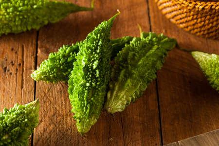Raw Grün Organic Bitter Melon auf Schneidebrett Standard-Bild