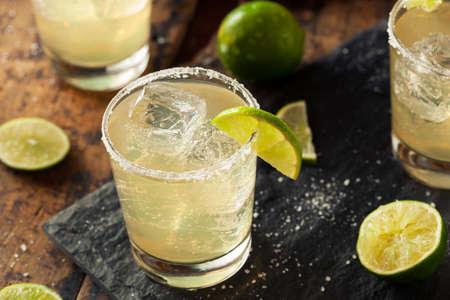 홈 메이드 클래식 마가리타 라임과 소금과 음료 스톡 콘텐츠