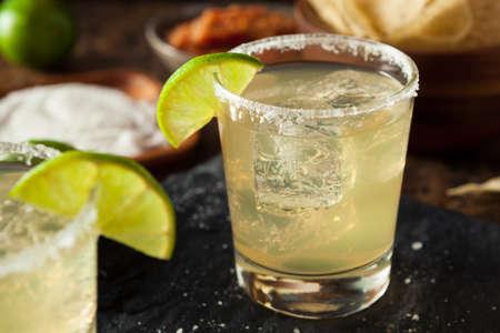 coctel margarita: Hecho en casa clásico Margarita Bebida con la cal y la sal Foto de archivo