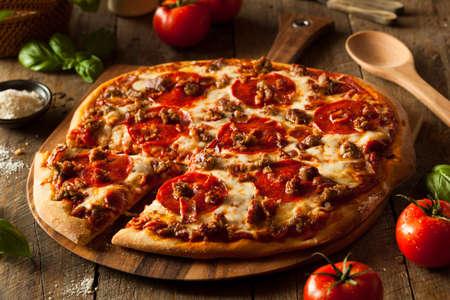 Homemade Vlees houdt pizza met pepperoni worst en spek