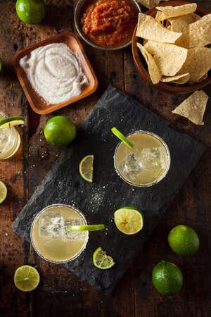 Hausgemachte klassische Margarita trinken mit Kalk und Salz Standard-Bild