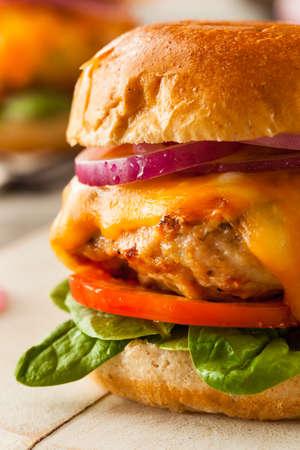 hamburguesa de pollo: Hecho en casa saludable de pollo hamburguesa con lechuga de queso y tomate