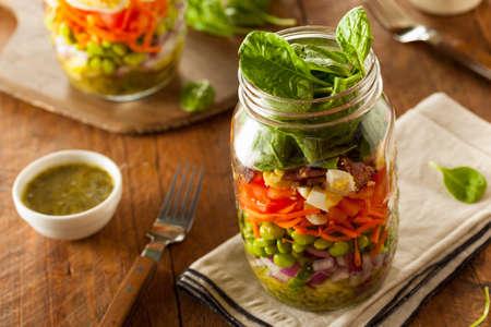 ensalada verde: Homemade Mason Jar Ensalada con huevo tocino lechuga y verduras