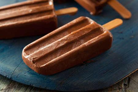 paletas de hielo: Homemade chocolate frío pop Fudge hielo en un palo