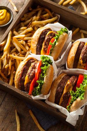 papas fritas: Cheeseburgers dobles y patatas fritas en una bandeja