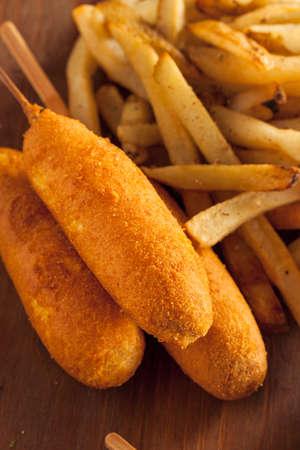 maiz: Hecho en casa Orgánica perros de maíz con patatas fritas y salsa de tomate