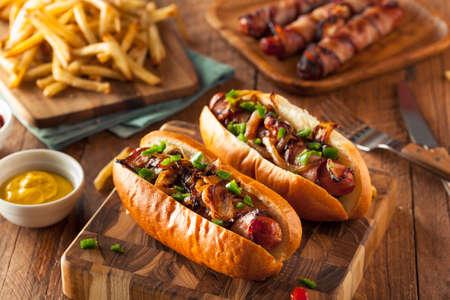 Zelfgemaakte Bacon Verpakt Hot Dogs met uien en paprika