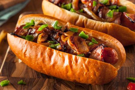 Hausgemachte Speckmantel Hot Dogs mit Zwiebeln und Paprika