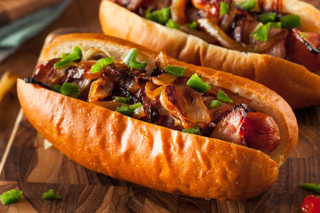perro caliente: Hecho en casa el tocino Envuelto Hot Dogs con cebollas y pimientos