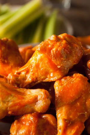 alitas de pollo: Spicy Homemade Buffalo Wings with Dip and Beer