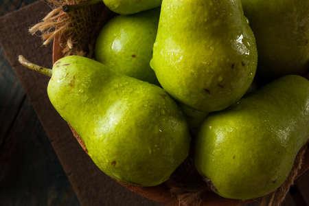 pera: Verdes orgánicos Bartlett Peras en un tazón de fuente