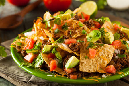 Geladen Rindfleisch und Käse-Nachos mit Koriander und Kalk-