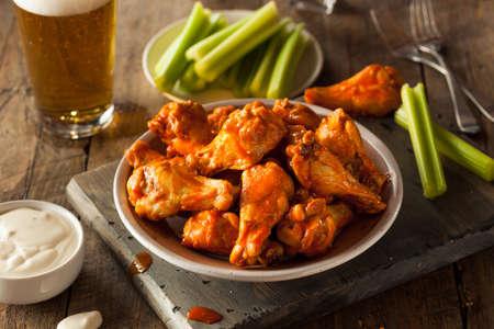 Spicy zelfgemaakte Buffalo Wings met Dip en Bier