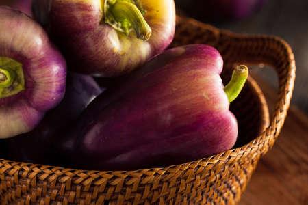 pimientos: Orgánico púrpura pimientos en un fondo