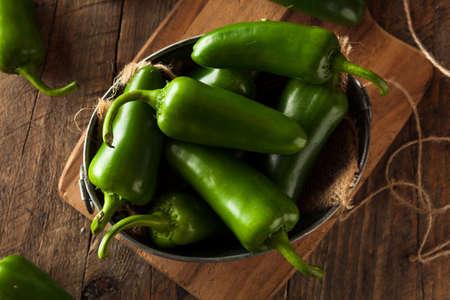 pimientos: Orgánicos verdes Chiles Jalapeños en un tazón de fuente