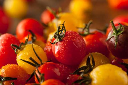 ボウルにオーガニック ・ エアルーム チェリー トマト