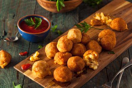 macarrones: Fried Mac y queso con salsa de inmersi�n Bites Foto de archivo