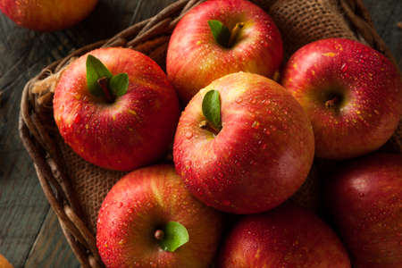 Raw Red Fuji Apples in a Basket Imagens
