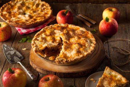 pie de manzana: Hecho en casa fresca Pastel de manzana con una corteza Flakey