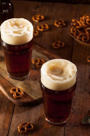 vasos de cerveza: Ale otoño recién hecho Oktoberfest en un vaso de pinta