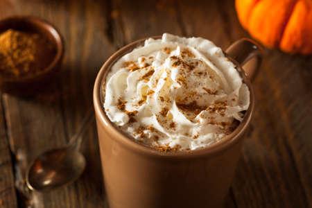 especias: Hecho en casa Pumpkin Spice Latte con crema y canela