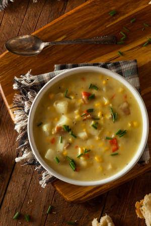 maiz: Hot Homemade ma�z sopa en un taz�n de fuente Foto de archivo