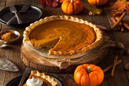dynia: Uroczysta Homemade Pumpkin Pie z bitą śmietaną Zdjęcie Seryjne