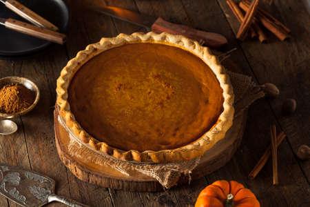 calabaza: Festiva hecha en casa pastel de calabaza con crema batida