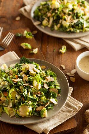légumes verts: Salade Kale et choux de Bruxelles avec almons et vinaigrette au citron Banque d'images
