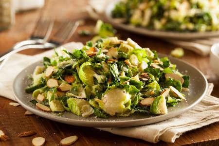 Grünkohl und Rosenkohl Salat mit almons und Zitronendressing Standard-Bild - 47191354